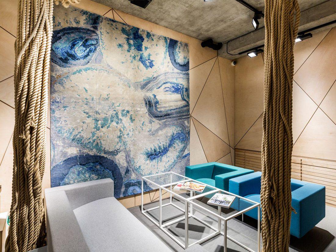 FRONT 01_Mayfair_London_Interior Design_Rug_Sofa_Concrete Ceiling